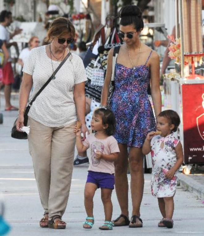 Tuba Büyüküstün'ün Kızları, Tatilcilerin İlgi Odağı Oldu