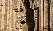 Divriği Ulu Camii'nde 'Namaz Kılan İnsan' Silüeti