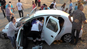 Otomobilde Sıkışan Sürücüyü İtfaiye Kurtardı