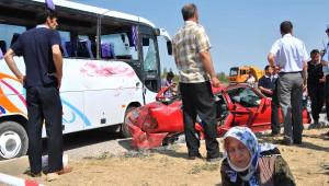 Otomobil, Midibüsle Çarpıştı: 19 Yaralı