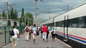 Durdurulan Hızlı Trenin Yolcuları Otobüslerle Başka İstasyonlara Taşındı