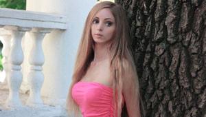 İri Göğüs ve İnce Belleriyle Barbie'ye Benzeyen Kızlar