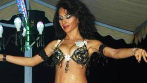 Murat Göğebakan'ı Dansöz Oynatarak Andılar