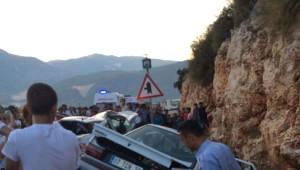 Antalya'da İki Otomobil Kafa Kafaya Çarpıştı: 3 Ölü, 4 Yaralı