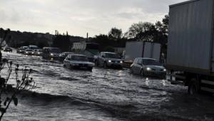 Sivas Suşehri'nde 20 Dakika Etkili Olan Sağanak Yağış Hayatı Felç Etti