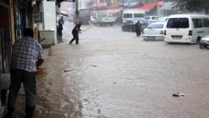Suşehri'nde Etkili Olan Yağmur Hayatı Felç Etti