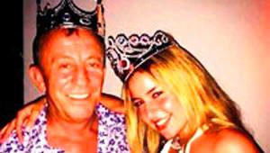 Ali Ağaoğlu 40 Yaş Küçük Sevgilisi ile Taç Takıp Poz Verdi