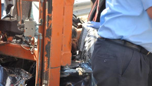 Otomobil, Park Halindeki Kamyona Çarptı: 2 Ölü