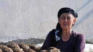 Ayşe Nine Devletten Kömür Bekleyenlere İnat Tezek Hazırlıyor