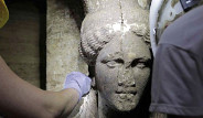 Yunanistan'da Kadın Heykellerin Koruduğu Mezar Keşfedildi