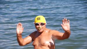 70 Yaşında 4.5 Kilometrelik Gölü Yüzerek Geçti