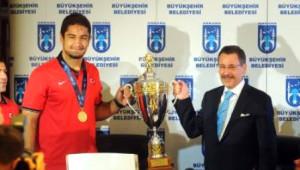 Başkan Gökçek, Dünya Şampiyonu Taha Akgül'ü Makamında Kabul Etti