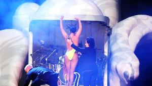 Ek Fotoğraflar// Lady Gaga Sahnede Kostümünü Değiştirdi, Yarı Çıplak Kaldı