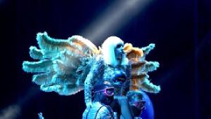 Lady Gaga Sahnede Kostüm Değiştirdi, Yarı Çıplak Kaldı