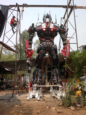 Eski Araba Parçalarından Transformers Robotlarını Yaptı