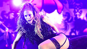 Jennifer Lopez Konserinde Siyah Jartiyerle Dans Etti