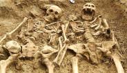 İngiltere'de 700 Yıllık İskeletler El Ele Bulundu