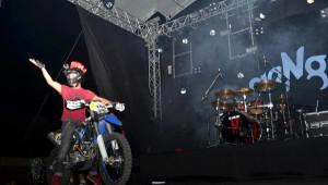 Sahneye Enduro Motosikletiyle Çıktı