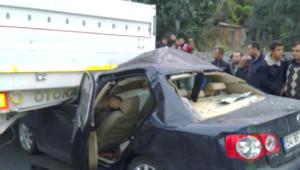 Otomobil Önündeki Tır'ın Altına Girdi: 1 Ölü, 3 Yaralı