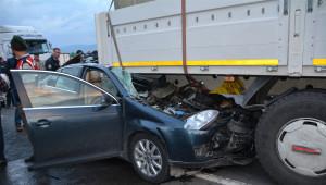 Otomobil, Tır Dorsesinin Altına Girdi: 1 Ölü, 2 Yaralı