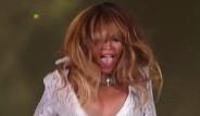 Beyonce'nin Sahnede Göğsü Açıldı