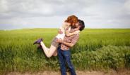Verdikleri Aşk Pozu İle Fenomen Oldular