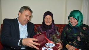 Yunusemre Belediyesi'nden Yaşlılara Bayram Ziyareti