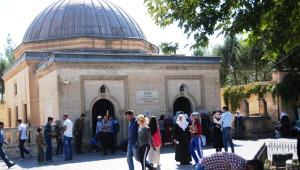 Vanlılar Veysel Karani'ye Akın Etti