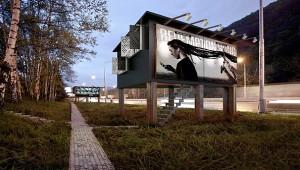 Evsizler İçin Yuvaya Dönüşen Billboardlar