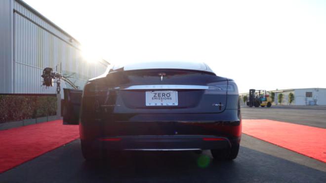 Yeni Tesla Model S P85d Bir Ferrari'den Daha Hızlı