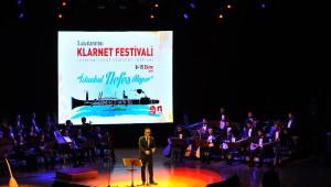 Erdoğan, Sahnede Sanatçılarla Birlikte Aşık Veysel'in Türküsünü Söyledi