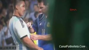 Messi, Maç Sırasında Taraftara İmza Verdi