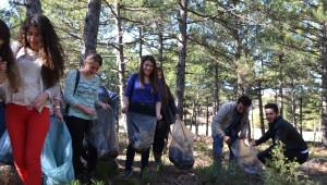 Üniversite Öğrencilerden Orman Temizliği