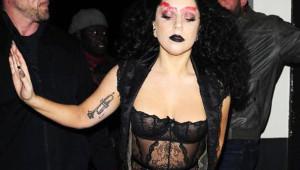 Lady Gaga Kıyafetiyle Konuşturdu