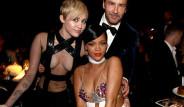 Miley Cyrus ve Rihanna'dan Cesur Göğüs Dekoltesi