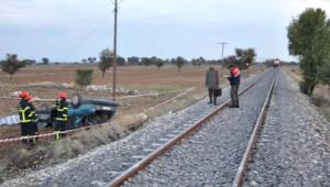 Lokomotif, Otomobili Altına Alıp 50 Metre Sürükledi: 2 Ölü