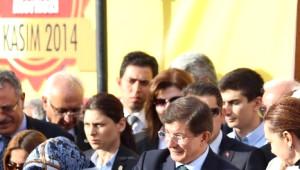 Başbakan Ahmet Davutoğlu Eşi ile Birlikte Aşure Dağıttı