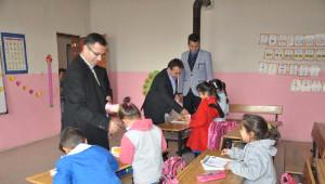 Çukurca Kaymakamı Ünal Koç Köy Okullarını Ziyaret Etti