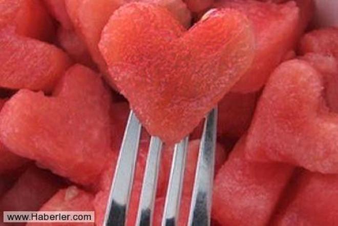 Kalbinizin dostu olan gıdalarla beslenin kalp hastalıklarında son yıllarda yaşanan hızlı artışın en önemli nedenleri arasında yanlış beslenme alışkanlıkları, hareketsizlik ve çevresel faktörler yer alıyor.