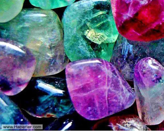 Evrende varolan her şeyin birbiri üzerinde bir şekilde etkisi olduğu gibi taşların da kişilerin ruhsal ve fiziksel yaşantılarında tahmin edemeyeceğiniz kadar faydası var. Şifalı taşlar estetik bakımından cezbedici olduğu kadar şifa dağıtmasıyla da geçmişten günümüze kadar en çok tercih edilen aksesuarlardan oldu.  İşte birbirinden farklı renge ve şekle sahip olan taşların özellikleri...