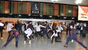 Moğol Dansçıların Atatürk Havalimanı'nda Gösterisi