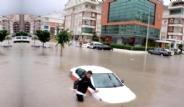 Antalya'da Şiddetli Yağmur Hayatı Felç Etti