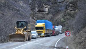Tunceli-Erzincan Karayoluna Yüzlerce Ton Ağırlığında İki Kaya Düştü