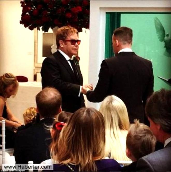 Eşcinsel Şarkıcı Elton John Erkek Arkadaşıyla Evlendi