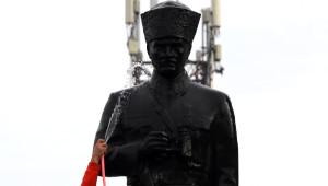 Atatürk Heykeline Yeni Yıl Temizliği