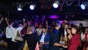 Adanalılar Yağmura Rağmen Yılbaşını Doyasıya Kutladı