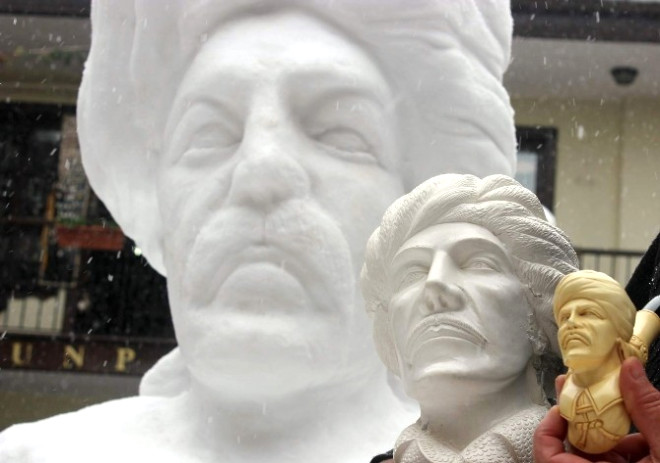 Dev Yunus Emre Heykeli Görenleri Şaşırtıyor