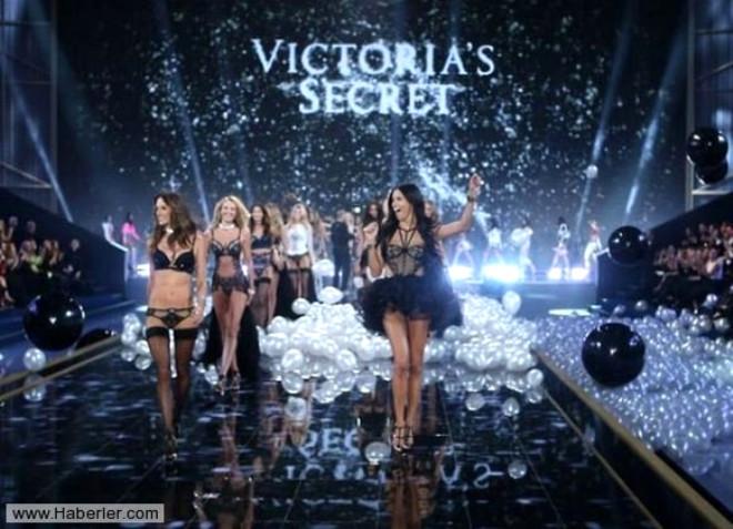 Victoria's Secret Melekleri Yılbaşında Büyüledi