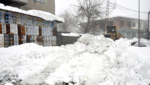 Hastalanan Kadın İçin Karla Kaplı Mahalle Yolunu Açtılar