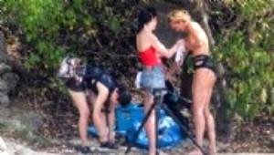 Genç Model Üzerini Plajda Değiştirdi